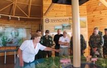 Экскурсия по Визит-центру на озере Иткуль для приехавших на обучение коллег, август 2014. (Автор Ю. Сизых)