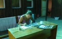 Инна Майманакова, старший научный сотрудник заповедника «Хакасский» обрабатывает собранный материал, участок