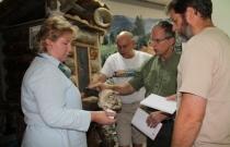 Коллеги из США рассматривают экспонаты музея (Автор фото Ю. Сизых)