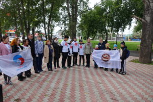 Торжественное построение участников акции Цветущий мир родному городу