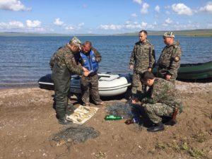 Осмотр вещей задержанных браконьеров на озере Беле