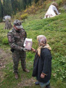 Агафье Лыковой передали книги из Митрополии