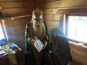 Митрополит Корнилий подарил Агафье Лыковой икону в новый дом
