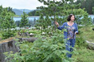 Ольга Филимоненко проводит экскурсию по тропе