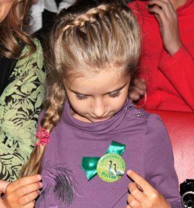 На память о фестивале дети получили в подарок значки