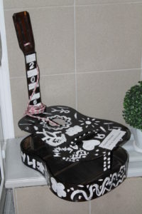 Оригинальная кормушка из старой гитары