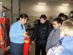 Инструктор противопожарной профилактики показывает как устроен огнетушитель