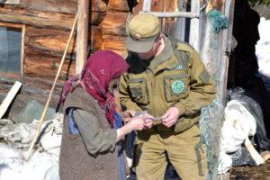 Агафья Лыкова читает письмо от единоверцев