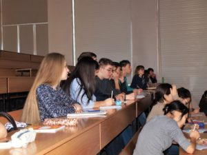 Студенты ХГУ им. Н. Ф. Катанова на лекции от заповедника