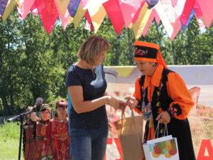Вручение подарков от заповедника Хакасский и Хакасского отделения РГО