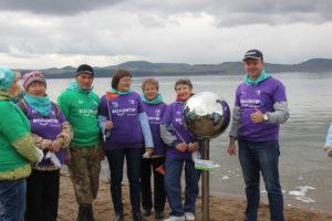 Волонтеры акции на берегу озера Иткуль