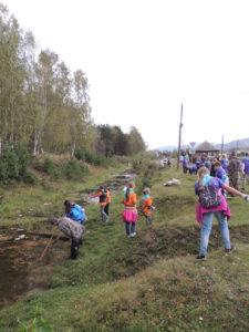 Волонтеры приводят в порядок территорию Природного парка Абазинский Бор