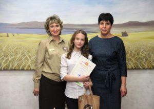 Организаторы конкурса и Анастасия - серебряный призёр конкурса юных исследователей окружающей среды