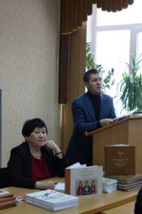 Директор ХАКНИЯЛИ Валентина Тугжекова и заведующий сектором археологии Юрий Есин